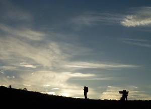 朝日を浴びる登山家