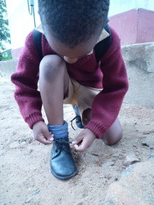 靴ひもの子ども